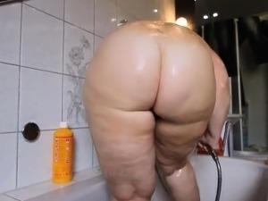 girls naked showering