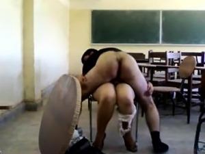 amatuer high school girlfriend giving handjob